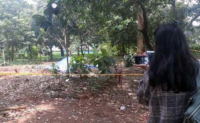 Suasana lokasi paparan radioaktif di Perumahan Batan Indah, Tangerang Selatan (Tangsel), Banten, Sabtu (15/2/2020). Tim Badan Tenaga Nuklir Nasional telah melakukan kegiatan dekontaminasi dengan melakukan pengerukan tanah dan pemotongan pohon/tanaman yang terpapar dan disimpan dalam penyimpanan limbah radioaktif di batan dan dilakukan penangan limbah sesuai standard of procedures (SOP). Bisnis/Endang Muchtar