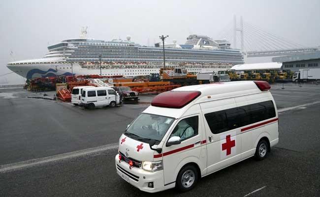 Sebuah ambulan menuju kapal pesiar Diamond Princess yang dioperasikan oleh Carnival Corp di Yokohama, Jepang, Minggu (16/2/2020). Pesawat yang disewa oleh Departemen Luar Negeri Amerika Serikat akan tiba hari Minggu di Jepang untuk mengevakuasi sekitar 400 warga dari Princess Diamond. Bloomberg/Toru Hanai