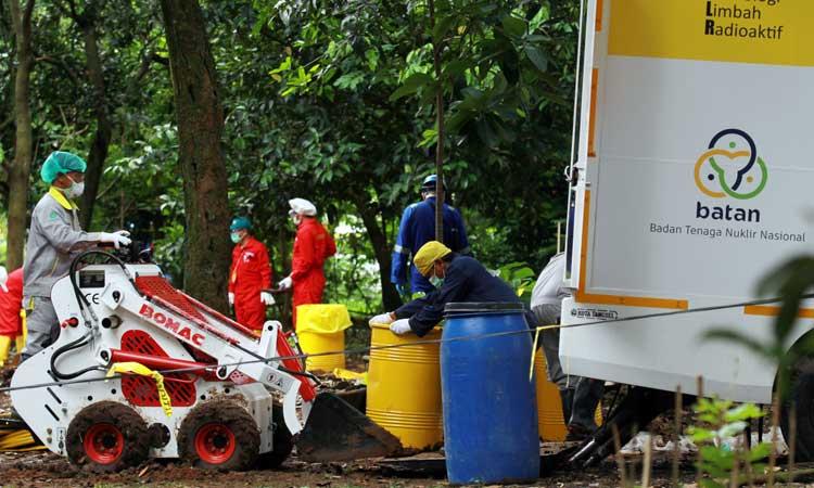Tim Badan Tenaga Nuklir Nasional (BATAN) bersama Badan Pengawas Tenaga Nuklir (Bapeten) melakukan Dekontaminasi terhadap temuan paparan tinggi radioaktif di Perumahan Batan Indah, Serpong, Tangerang Selatan, Banten, Senin (17/2/2020). Kepala BATAN Anhar Riza Antariksawan memastikan temuan Bapeten tentang adanya zat radioaktif di area kosong Komplek Batan Indah tidak berasal dari kecelakaan atau kebocoran reaktor riset G.A. Siwabessy, dan hingga saat ini reaktor yang dioperasikan sejak 1987 tersebut tetap beroperasi dengan aman dan lancar. ANTARA FOTO/Muhammad Iqbal