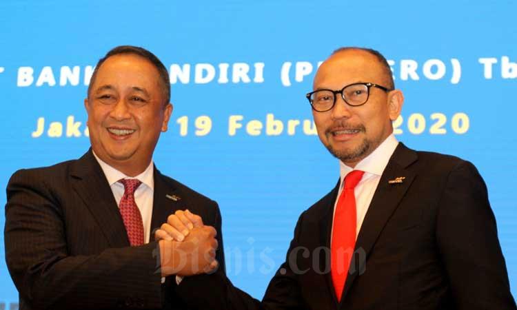 Direktur Utama PT Bank Mandiri (Persero) Tbk. Royke Tumilaar (kiri) dan Komisaris Utama M. Chatib Basri berfoto di sela-sela Rapat Umum Pemegang Saham Tahunan (RUPST) di Jakarta, Rabu (19/2/2020). RUPST tersebut menyetujui pengalokasian 60 persen dari laba bersih 2019 atau senilai Rp16,49 triliun atau Rp353,34 per lembar saham sebagai dividen yang akan dibagikan kepada pemegang saham. Selain itu, rapat tersebut juga menyetujui penetapan Hery Gunardi menjadi Wakil Direktur Utama dan M. Chatib Basri menjadi Komisaris Utama Perseroan. Bisnis/Arief Hermawan P