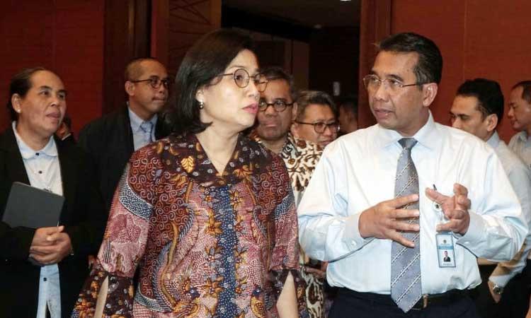 Menteri Keuangan Sri Mulyani Indrawati (kedua kanan) berbincang dengan Direktur Jenderal Perbendaharaan Andin Hadiyanto (kanan) disaksikan Inspektur Jenderal Sumiyati (kiri) dan Direktur JenderalPajak Suryo Utomo (kedua kiri) sebelum memberikan pemaparan dalam konferensi pers di Jakarta, Rabu (19/2/2020). Kementerian Keuangan menyampaikan penerimaan pajak sampai dengan 31 Januari 2020 ditopang PPh Non Migas sebesar Rp46,2 triliun atau sudah terealisasi 5,3 persen dari target dan PPN senilai Rp30,5 triliun atau terealisasi 4,4 persen dari target. Bisnis/Himawan L Nugraha