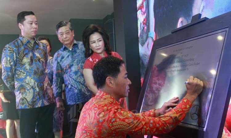 President Director PT Mercedes-Benz Distributor Indonesia Choi Duk Jun (kanan) menandatangani prasasti saat peresmian PT Kumala Bintang Cemerlang sebagai dealer Mercedes-Benz disaksikan Pesident Director PT Kumala Bintang Cemerlang Jody Kosasih (kiri), Komisaris Kumala Group Rizal Tandiawan (kedua kiri) beserta istrinya Liliana Rizal Tandiawan (kedua kanan) di Makassar, Sulawesi Selatan, Senin (24/2). Dealer tersebut merupakan yang ke-23 di Indonesia yang menerapkan sistim 3S (sales, service, sparepart). Bisnis/Paulus Tandi Bone