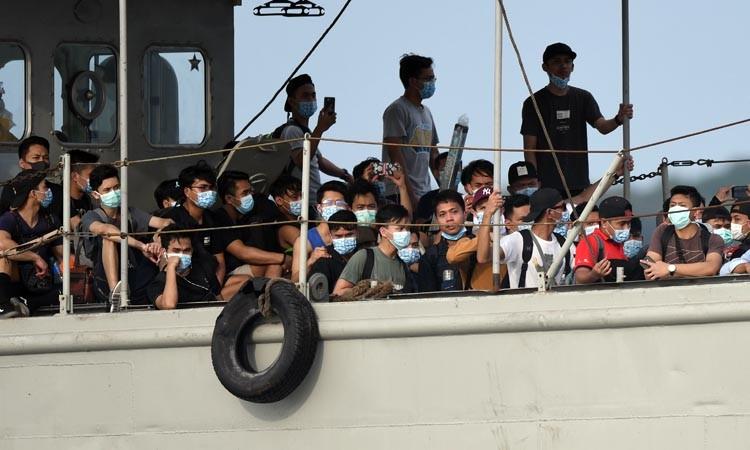 Landing Craft Utility (LCU) KRI dr Soeharso mengangkut WNI ABK World Dream untuk diobservasi di Pulau Sebaru Kecil, Kepulauan Seribu, Jakarta, Jumat (28/2/2020). ANTARA FOTO/Akbar Nugroho Gumayn