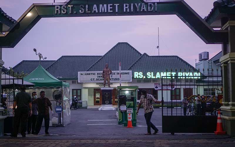 Sejumlah petugas melakukan penjagaan di Rumah Sakit Tentara Slamet Riyadi, Solo, Jawa Tengah, Rabu (25/3/2020). Ibu Presiden Joko Widodo, Sujiatmi Notomiharjo meninggal dunia di Solo pada Rabu, 25 Maret 2020 pukul 16:45 WIB. ANTARA FOTO/Mohammad Ayudha