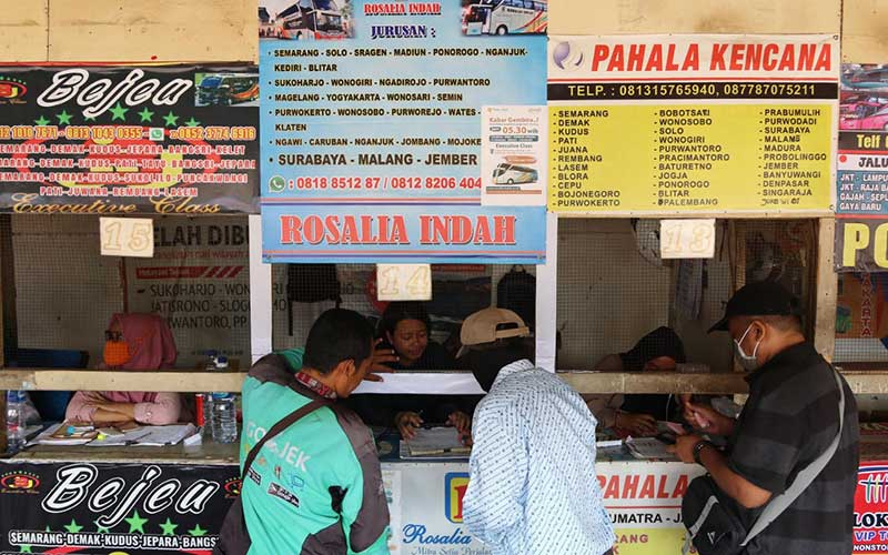 Calon penumpang membeli tiket di loket Agen Bus Antar Kota Antar Provinsi (AKAP) Pondok Pinang, Jakarta, Rabu (25/3/2020). Pemerintah melalui Kementerian Koordinator Bidang Kemaritiman dan Investasi menyatakan tengah mempertimbangkan opsi mengenai pelarangan mudik Lebaran 2020 guna mencegah penyebaran virus corona (COVID-19). Bisnis/Eusebio Chrysnamurti