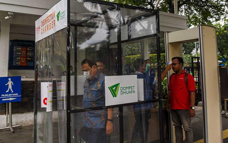 Pegawai berada di dalam bilik disinfektan (Disinfection Chamber) di Balai Kota, Jakarta, Kamis (26/3/2020). Bilik tersebut disediakan di pintu masuk Balai Kota untuk mencegah penyebaran Virus COVID-19. ANTARA FOTO/Nova Wahyudi