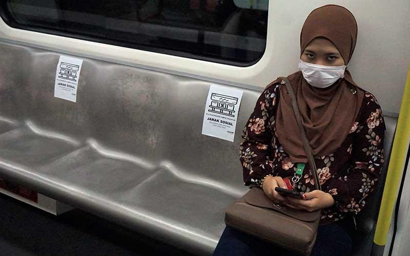 Penumpang LRT Rapid KL duduk berdasarkan tempat duduk yang sudah ditentukan di Kuala Lumpur, Malaysia, Kamis (26/3/2020). Perusahaan pengelola LRT di Malaysia, Prasarana Malaysia Berhad (Prasarana), melakukan pengaturan jarak sosial atau social distancing penumpang sehubungan penerapan Perintah Kawalan Pergerakan (Movement Control Order) selama 18 Maret hingga 14 April untuk menanggulangi penyebaran COVID-19. Foto ANTARA/Agus Setiawan