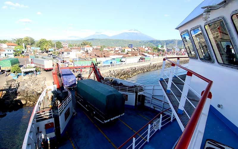 Aktivitas bongkar muat di pelabuhan Ketapang, Banyuwangi, Jawa Timur, Kamis (26/3/2020). Pelabuhan penyeberangan Ketapang-Gilimanuk kembali beroperasi seperti biasa, setelah sebelumnya ditutup untuk menghormati umat Hindu di Bali yang merayakan Hari Raya Nyepi tahun 1942 Caka. ANTARA FOTO/Budi Candra Setya