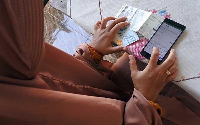 Seorang warga membayar pajak kendaraan bermotor dari rumah secara daring atau online di Panarukan, Situbondo, Jawa Timur, Kamis (26/3/2020). Pembayaran secara online itu karena diliburkannya pembayaran secara langsung melalui Samsat untuk mencegah penularan Covid-19. ANTARA FOTO/Seno/ama.