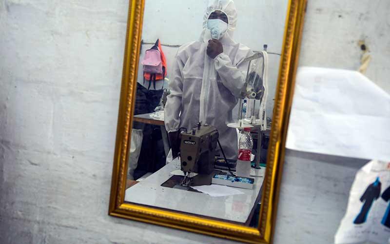 Pekerja membuat pakaian alat perlindungan diri (APD) tenaga medis di Pusat Industri Kecil, Penggilingan, Jakarta, Kamis (26/3/2020). Pakaian APD tersebut dijual Rp45.000 untuk jenis pakaian sekali pakai dan Rp75.000 untuk pakaian yang bisa dicuci. ANTARA FOTO/Galih Pradipta