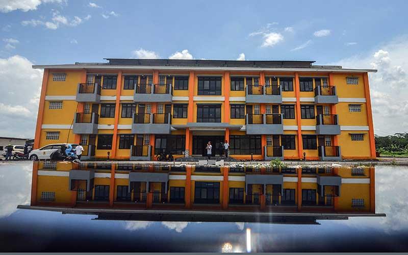 Pekerja membereskan rumah susun mahasiswa (Rusunawa) yang baru selesai dibangun di Tamansari, Kota Tasikmalaya, Jawa Barat, Kamis (26/3/2020). Untuk mengantisipasi lonjakan pasien yang terpapar virus corona Pemerintah Kota Tasikmalaya berencana menjadikan Rusunawa milik Universitas Negeri Siliwangi (Unsil) dijadikan ruang isolasi pasien Covid-19. ANTARA FOTO/Adeng Bustomi