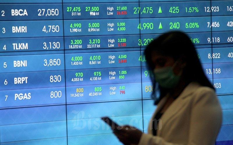 Karyawan berada di dekat layar pergerakan Indeks Harga Saham Gabungan (IHSG) di galeri PT Bursa Efek Indonesia, Jakarta, Jumat (3/4/2020). IHSG ditutup menguat 2,02% atau 91,74 poin ke level 4.623,43 pada akhir perdagangan. Bisnis/Arief Hermawan P
