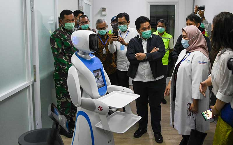 Menteri BUMN Erick Thohir (tengah) berbincang dengan petugas medis saat mengecek kesiapan di salah satu ruang modular di Rumah Sakit Pertamina Jaya, Cempaka Putih, Jakarta, Senin (6/4/2020). Rumah Sakit darurat COVID-19 tersebut berkapasitas sebanyak 160 tempat tidur dalam ruangan dan 65 kamar isolasi bertekanan negatif untuk merawat pasien positif COVID-19 sesuai standar yang ditetapkan oleh Organisasi Kesehatan Dunia atau WHO. ANTARA FOTO/M Risyal Hidayat