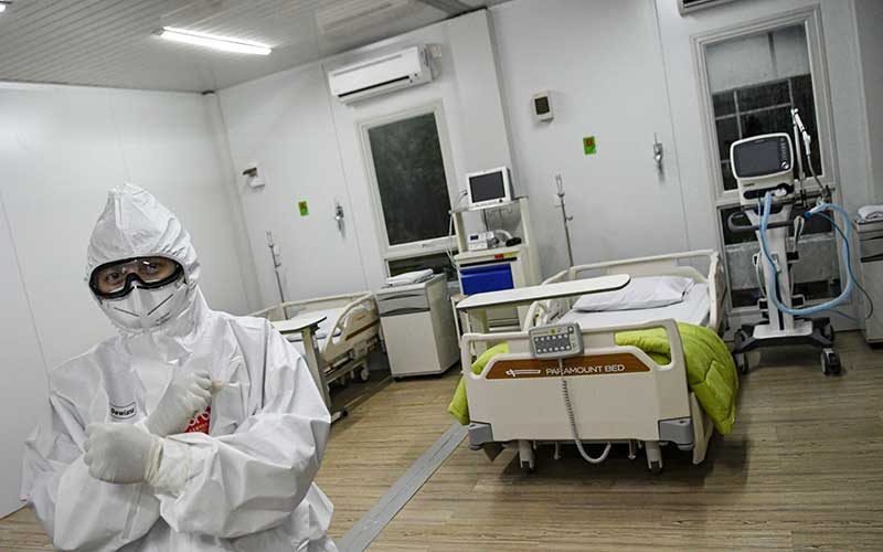 Seorang dokter berdiri di dalam salah satu ruang modular di Rumah Sakit Pertamina Jaya, Cempaka Putih, Jakarta, Senin (6/4/2020). Rumah Sakit darurat COVID-19 tersebut berkapasitas sebanyak 160 tempat tidur dalam ruangan dan 65 kamar isolasi bertekanan negatif untuk merawat pasien positif COVID-19 sesuai standar yang ditetapkan oleh Organisasi Kesehatan Dunia atau WHO. ANTARA FOTO/M Risyal Hidayat