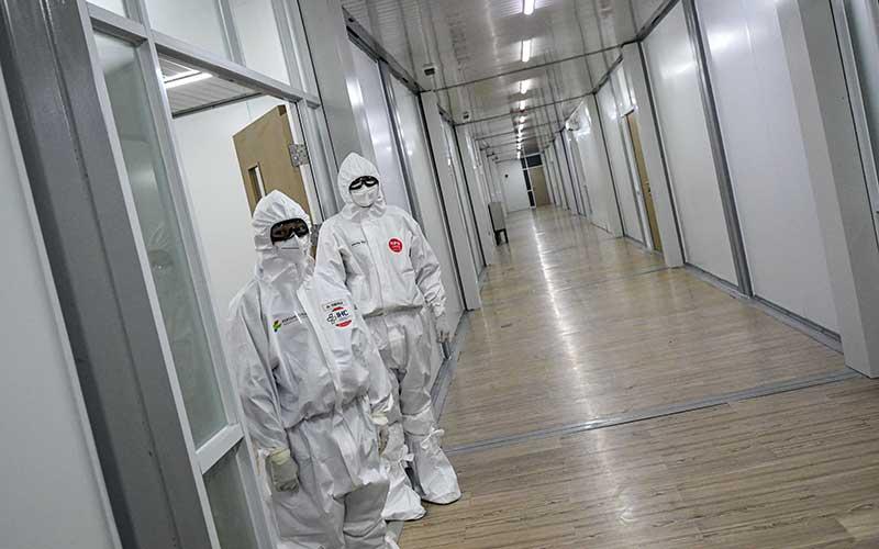 Dua orang dokter berdiri di depan salah satu ruang modular di Rumah Sakit Pertamina Jaya, Cempaka Putih, Jakarta, Senin (6/4/2020). Rumah Sakit darurat COVID-19 tersebut berkapasitas sebanyak 160 tempat tidur dalam ruangan dan 65 kamar isolasi bertekanan negatif untuk merawat pasien positif COVID-19 sesuai standar yang ditetapkan oleh Organisasi Kesehatan Dunia atau WHO. ANTARA FOTO/M Risyal Hidayat