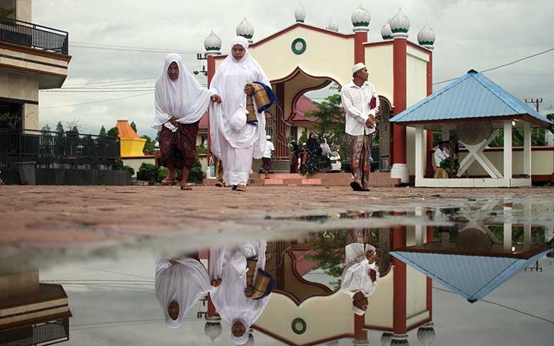Jamaah Tarekat Syattariah bersiap melaksanakan shalat Idul Fitri 1441 Hijriah di halaman Masjid Syaikhuna Habib Muda Seunagan Desa Peuleukung, Seunagan Timur, Nagan Raya, Aceh, Sabtu (23/5/2020). Jamaah Syattariah melaksanakan shalat Idul Fitri lebih awal dari jadwal yang telah ditetapkan Pemerintah karena didasarkan pada metode hisab Urfi Khumasi atau bilangan lima dalam kitab Tajul Muluk yang dianut jamaah Syattariah. ANTARA FOTO/Syifa Yulinnas