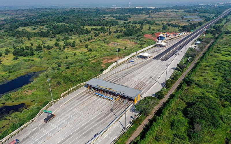 Kendaraan melintas di pintu Tol Cikampek Utama, Karawang, Jawa Barat, Sabtu (23/5/2020). Menjelang Lebaran, salah satu titik kepadatan arus mudik di ruas tol Cikampek terpantau sepi dikarenakan adanya larangan mudik dari Pemerintah demi mencegah penyebaran wabah COVID-19. ANTARA FOTO/Nova Wahyudi