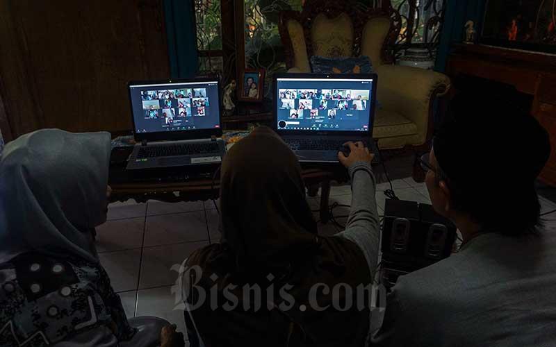 Warga bersilaturahmi menggunakan panggilan video melalui perangkat laptop di Kabupaten Pati, Jawa Tengah, Minggu (24/5/2020). Silaturahmi dalam bentung daring itu dilakukan karena adanya larangan mudik oleh pemerintah sebagai upaya untuk mendukung pencegahan penyebaran virus COVID-19. ANTARA FOTO/Harviyan Perdana Putra