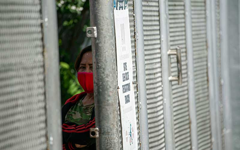 Warga menunggu giliran untuk bersilaturahmi dengan warga binaan Lembaga Pemasyarakatan Kelas I Cipinang di Jakarta, Senin (25/5/2020). Kementerian Hukum dan HAM meniadakan kunjungan secara fisik terhadap warga binaan Lapas maupun Rutan saat Hari Raya Idul Fitri 1441 Hijriah untuk mengantisipasi penyebaran COVID-19 dan menggantikannya dengan menyediakan fasilitas komunikasi berbasis panggilan video. ANTARA FOTO/Aditya Pradana Putra