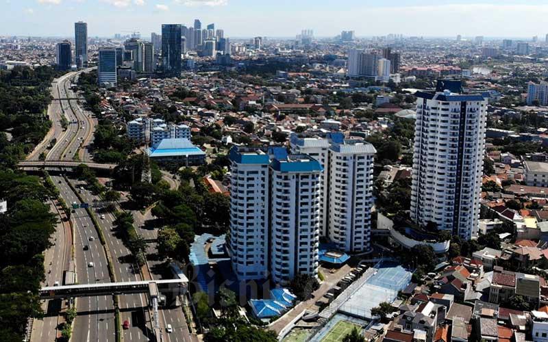 Suasana lalu lintas di jalan Jenderal Sudirman, Jakarta, Senin (25/5/2020). Kementerian Kesehatan menerbitkan protokol normal baru (new normal) bagi perkantoran dan industri dalam menghadapi pandemi Covid-19 yang diatur dalam Keputusan Menteri Kesehatan. Beberapa prosedur normal baru yang ditetapkan dalam beleid ini adalah mengatur pembagiansifbagi karyawan yang masih harus bekerja di lapangan. Bisnis/Arief Hermawan P
