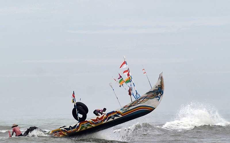 Perahu nelayan diterjang ombak di perairan Pantai Air Manis, Padang, Sumatera Barat, Rabu (27/5/2020). Nelayan mengaku kesulitan pergi ke laut akibat gelombang pasang yang terjadi sejak dua hari terakhir di daerah itu. ANTARA FOTO/Iggoy el Fitra