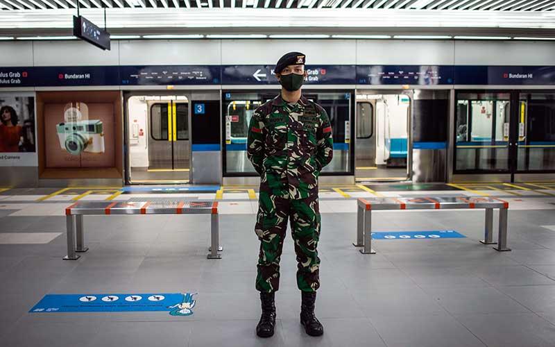 Prajurit TNI AD berjaga di Stasiun MRT Bundaran HI, Jakarta, Rabu (27/5/2020). TNI-Polri mulai Selasa (26/5) menggelar pendisiplinan protokol kesehatan di 1.800 titik sarana publik yang berada di empat provinsi dan 25 kabupaten/kota yang bertujuan untuk menegakkan disiplin dan protokol kesehatan masyarakat saat pelaksanaan aktivitas normal baru di tengah pandemi COVID-19. ANTARA FOTO/Aprillio Akbar