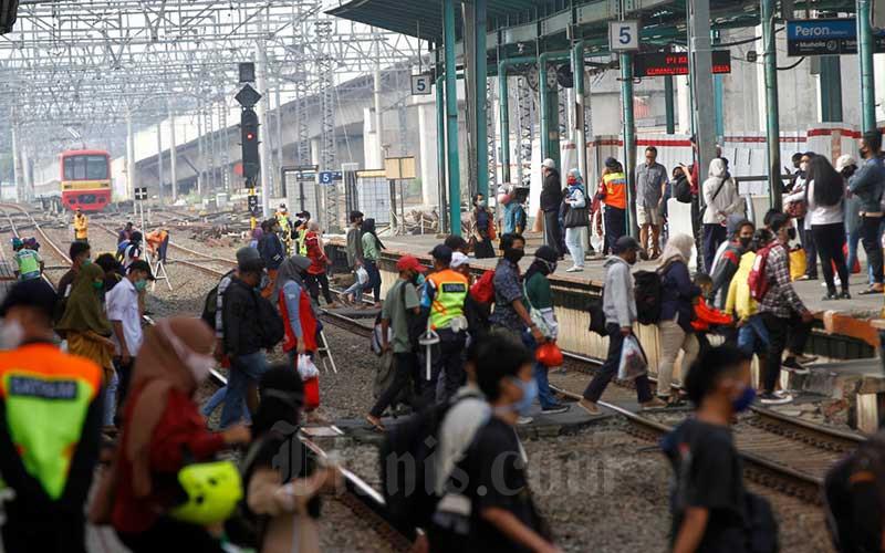 Penumpang kereta commuter line (KRL) memadati Stasiun Manggarai, Jakarta, Kamis (28/5/2020). PT Kereta Commuter Indonesia (KCI) melaporkan setelah libur lebaran jumlah penumpang KRL Jabodetabek kembali normal seperti pada operasional pembatasan sosial berskala besar (PSBB). Adapun tingkat kesadaran pengguna KRL dalam mematuhi aturan PSBB sudah semakin baik, seperti sudah banyak yang menggunakan masker dan memakai fasilitas wastafel untuk mencuci tangan. Bisnis/Himawan L Nugraha
