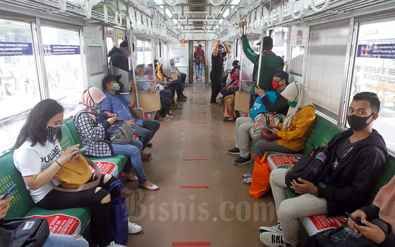 Penumpang berada di kereta commuter line (KRL) di Stasiun Manggarai, Jakarta, Kamis (28/5/2020). PT Kereta Commuter Indonesia (KCI) melaporkan setelah libur lebaran jumlah penumpang KRL Jabodetabek kembali normal seperti pada operasional pembatasan sosial berskala besar (PSBB). Adapun tingkat kesadaran pengguna KRL dalam mematuhi aturan PSBB sudah semakin baik, seperti sudah banyak yang menggunakan masker dan memakai fasilitas wastafel untuk mencuci tangan. Bisnis/Himawan L Nugraha
