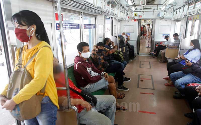 Penumpang berada di kereta commuter line (KRL) di Stasiun Manggarai, Jakarta, Kamis (28/5/2020). PT Kereta Commuter Indonesia (KCI) melaporkan setelah libur lebaran jumlah penumpang KRL Jabodetabek kembali normal seperti pada operasional pembatasan sosial berskala besar (PSBB). Adapun tingkat kesadaran pengguna KRL dalam mematuhi aturan PSBB sudah semakin baik, seperti sudah banyak yang menggunakan masker dan memakai fasilitas wastafel untuk mencuci tangan. Bisnis/Himawan L Nugrahan