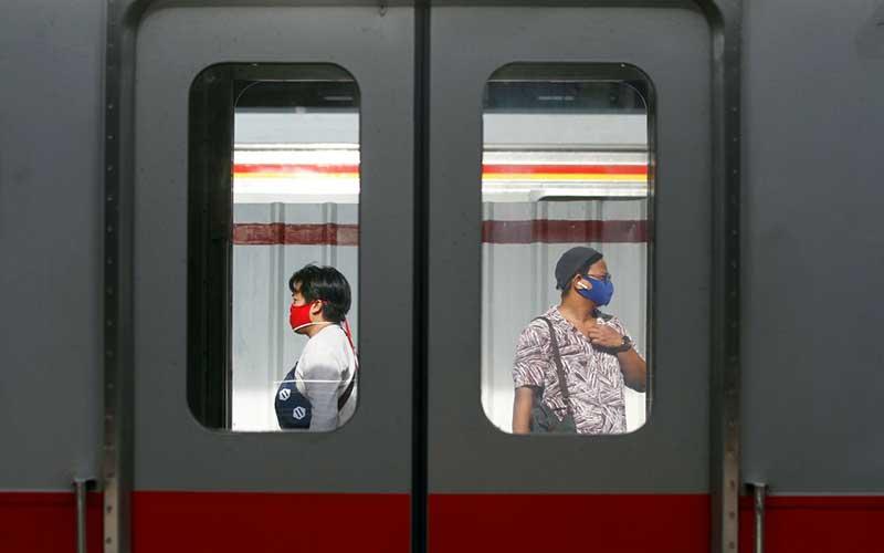 Penumpang menunggu kereta commuter line (KRL) di Stasiun Manggarai, Jakarta, Kamis (28/5/2020). PT Kereta Commuter Indonesia (KCI) melaporkan setelah libur lebaran jumlah penumpang KRL Jabodetabek kembali normal seperti pada operasional pembatasan sosial berskala besar (PSBB). Adapun tingkat kesadaran pengguna KRL dalam mematuhi aturan PSBB sudah semakin baik, seperti sudah banyak yang menggunakan masker dan memakai fasilitas wastafel untuk mencuci tangan. Bisnis/Himawan L Nugraha