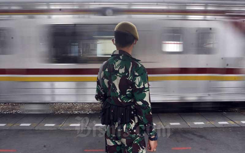 Anggota TNI melakukan penjagaan di Stasiun Cikini, Jakarta, Kamis (28/5/2020). TNI-Polri melalukan penjagaan di 1.800 titik sarana publik yang berada di empat provinsi dan 25 kabupaten/kota dengan tujuan untuk menegakkan disiplin dan protokol kesehatan masyarakat saat pelaksanaan aktivitas normal baru atau new normal di tengah pandemi COVID-19. Bisnis/Himawan L Nugraha