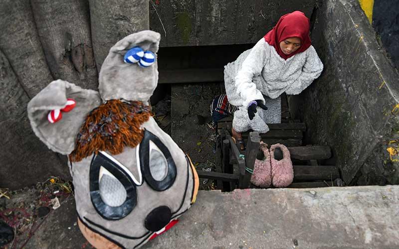 Pengamen yang mengenakan badut kelinci beraktivitas di jembatan kawasan Jakarta Timur, Kamis (28/5/2020). Pengamen yang mengandalkan kemacetan agar mendapatkan rupiah itu menyatakan pendapatannya sangat menurun hingga hampir tak ada pemasukan karena jalanan yang lancar akibat penerapan Pembatasan Sosial Berskala Besar (PSBB). ANTARA FOTO/M Risyal Hidayat