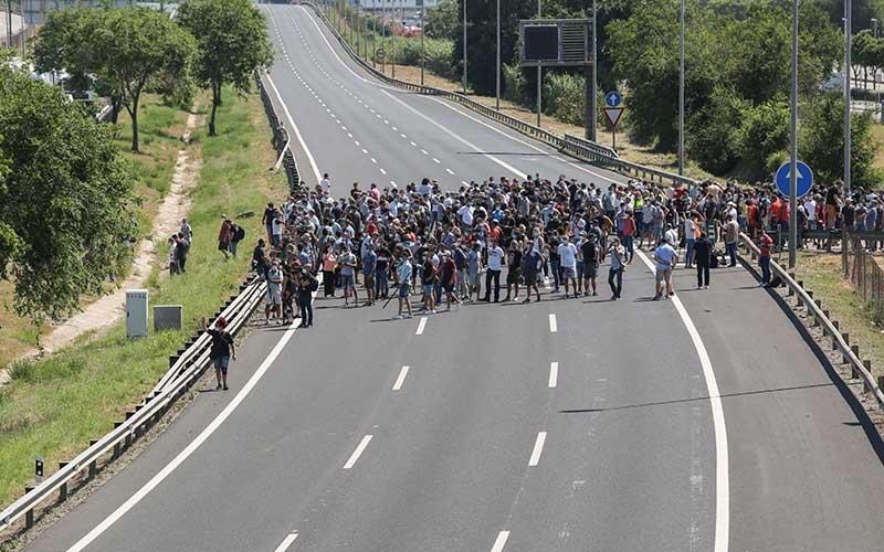 Para demonstran yang melakukan protes di pabrik Nissan Motor Co. dengan memblokir jalan tol Ronda del Litoral di Barcelona, Spanyol, Kamis (28/5/2020). Nissan mengatakan pihaknya berencana menutup pabrik di Barcelona, seiring dengan rencana serupa atas pabriknya di Indonesia. Bloomberg/Angel Garcia