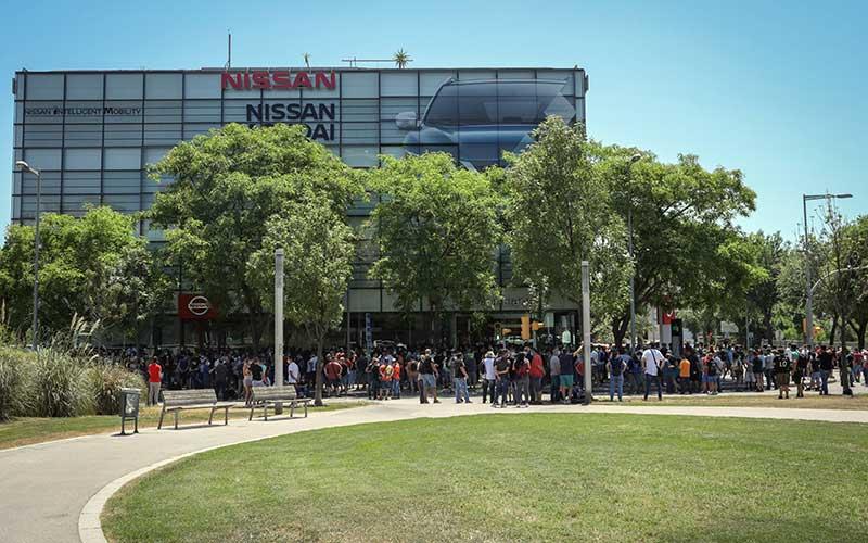 Para demonstran berkumpul melakukan aksi protes di luar dealer Nissan Motor Co. Motor Llansa di Barcelona, Spanyol, Kamis (28/5/2020). Nissan mengatakan pihaknya berencana menutup pabrik di Barcelona, seiring dengan rencana serupa atas pabriknya di Indonesia. Bloomberg/Angel Garcia