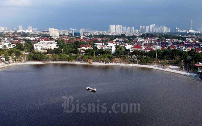 Suasana lengang terlihat di Pantai Ancol, Jakarta, Jumat (29/5/2020). Presiden Joko Widodo mengatakan bahwa sektor pariwisata harus mempersiapkan diri menyambut tantanan hidup baru atau new normal dengan tetap produktif dan aman Covid-19. Bisnis/Eusebio Chrysnamurti