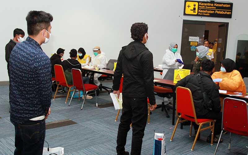 Petugas Kantor Kesehatan Pelabuhan (KKP) Kelas 1 Soekarno Hatta melakukan tes diagnostik cepat (Rapid Test) terhadap sembilan anak buah kapal (ABK) dari Korea Selatan setibanya di Bandara Soekarno Hatta, Tangerang, Banten, Jumat (29/5/2020) malam. Kementerian Tenaga Kerja berhasil memulangkan sembilan orang ABK asal Indonesia yang mendapat kekerasan fisik serta tidak mendapat gaji yang bekerja di kapal perusahaan RRT Zhouyu 603 dan Zhouyu 605. ANTARA FOTO/Muhammad Iqbal