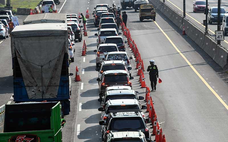 Petugas gabungan memeriksa kendaraan yang akan masuk ke wilayah DKI Jakarta di KM 47 Tol Cikampek-Jakarta, Jawa Barat, Sabtu (30/5/2020). Kementerian Perhubungan memprediksi potensi lonjakan arus balik lebaran 2020 akan terjadi pada 30 Mei - 1 Juni, sehingga pengawasan di sejumlah titik pemeriksaan Surat Izin Keluar Masuk (SIKM) akan diperketat. ANTARA FOTO/Muhammad Adimaja