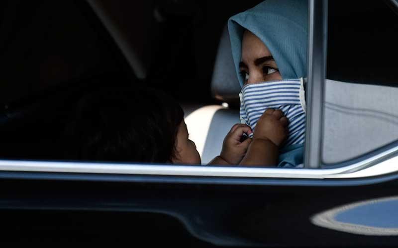 Warga duduk di dalam kendaraannya di KM 47 Tol Cikampek-Jakarta, Jawa Barat, Sabtu (30/5/2020). Kementerian Perhubungan memprediksi potensi lonjakan arus balik lebaran 2020 akan terjadi pada 30 Mei - 1 Juni, sehingga pengawasan di sejumlah titik pemeriksaan Surat Izin Keluar Masuk (SIKM) akan diperketat. ANTARA FOTO/Muhammad Adimaja