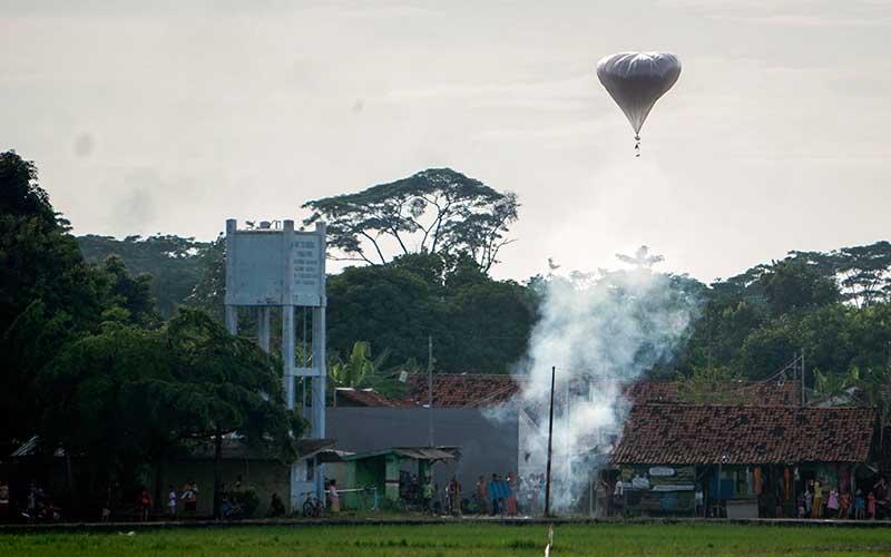Warga nekat menerbangkan balon udara di wilayah udara Pekalongan, Jawa Tengah, Minggu (31/5/2020). Meskipun sudah ada larangan untuk menerbangkan balon udara ke udara bebas saat syawalan, namun masih banyak ditemukan balon udara terbang bebas di udara yang dapat membahayakan lalu lintas udara. ANTARA FOTO/Harviyan Perdana Putra