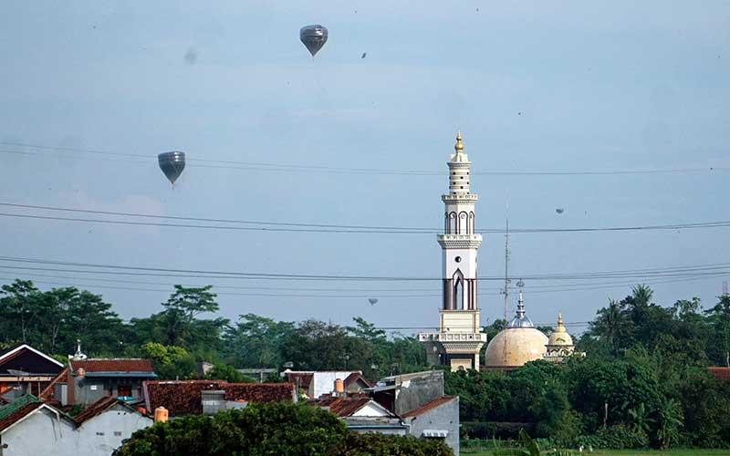 Balon udara terbang bebas di wilayah udara Pekalongan, Jawa Tengah, Minggu (31/5/2020). Meskipun sudah ada larangan untuk menerbangkan balon udara ke udara bebas saat syawalan, namun masih banyak ditemukan balon udara terbang bebas di udara yang dapat membahayakan lalu lintas udara. ANTARA FOTO/Harviyan Perdana Putra/foc.