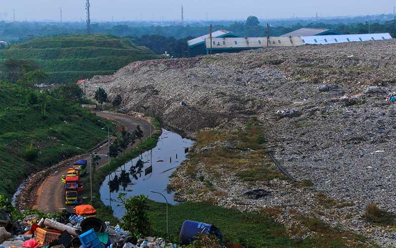 Sejumlah truk sampah menunggu antrean di Tempat Pembuangan Sampah Terpadu (TPST) Bantargebang, Bekasi, Jawa Barat, Senin (1/5/2020). Menurut data Dinas Lingkungan Hidup DKI Jakarta, usai lebaran rata-rata jumlah sampah yang datang ke TPST Bantargebang menurun dari tahun 2019 yaitu 7.145 ton per hari menjadi 6.602 ton per hari akibat adanya Pembatasan Sosial Berskala Besar (PSBB) yang berdampak pada aktifitas di pusat perbelanjaan dan kuliner. ANTARA FOTO/ Fakhri Hermansyah