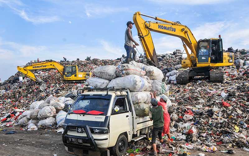Sejumlah pemulung memindahkan limbah plastik yang sudah dipilah di Tempat Pembuangan Sampah Terpadu (TPST) Bantargebang, Bekasi, Jawa Barat, Senin (1/5/2020). Menurut data Dinas Lingkungan Hidup DKI Jakarta, usai lebaran rata-rata jumlah sampah yang datang ke TPST Bantargebang menurun dari tahun 2019 yaitu 7.145 ton per hari menjadi 6.602 ton per hari akibat adanya Pembatasan Sosial Berskala Besar (PSBB) yang berdampak pada aktifitas di pusat perbelanjaan dan kuliner. ANTARA FOTO/ Fakhri Hermansyah