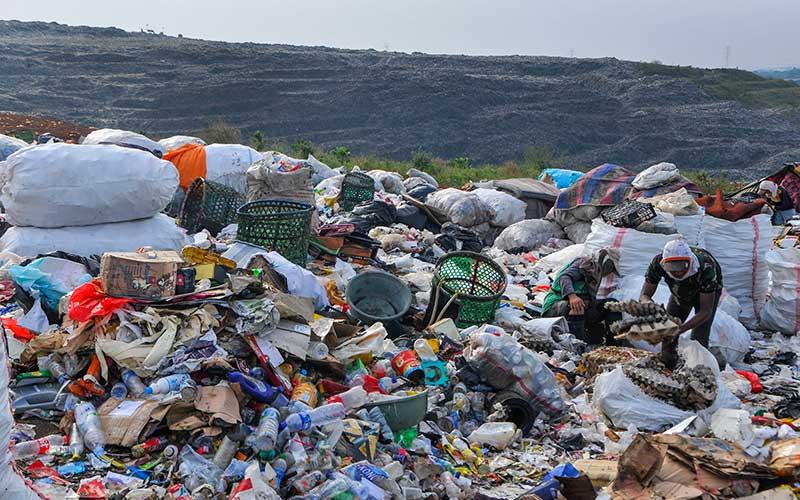 Pemulung memungut sampah di Tempat Pembuangan Sampah Terpadu (TPST) Bantargebang, Bekasi, Jawa Barat, Senin (1/5/2020). Menurut data Dinas Lingkungan Hidup DKI Jakarta, usai lebaran rata-rata jumlah sampah yang datang ke TPST Bantargebang menurun dari tahun 2019 yaitu 7.145 ton per hari menjadi 6.602 ton per hari akibat adanya Pembatasan Sosial Berskala Besar (PSBB) yang berdampak pada aktifitas di pusat perbelanjaan dan kuliner. ANTARA FOTO/ Fakhri Hermansyah