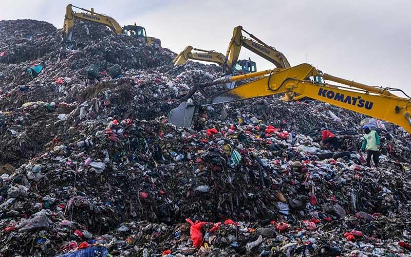 Petugas dengan alat berat mengambil sampah di Tempat Pembuangan Sampah Terpadu (TPST) Bantargebang, Bekasi, Jawa Barat, Senin (1/5/2020). Menurut data Dinas Lingkungan Hidup DKI Jakarta, usai lebaran rata-rata jumlah sampah yang datang ke TPST Bantargebang menurun dari tahun 2019 yaitu 7.145 ton per hari menjadi 6.602 ton per hari akibat adanya Pembatasan Sosial Berskala Besar (PSBB) yang berdampak pada aktifitas di pusat perbelanjaan dan kuliner. ANTARA FOTO/ Fakhri Hermansyah