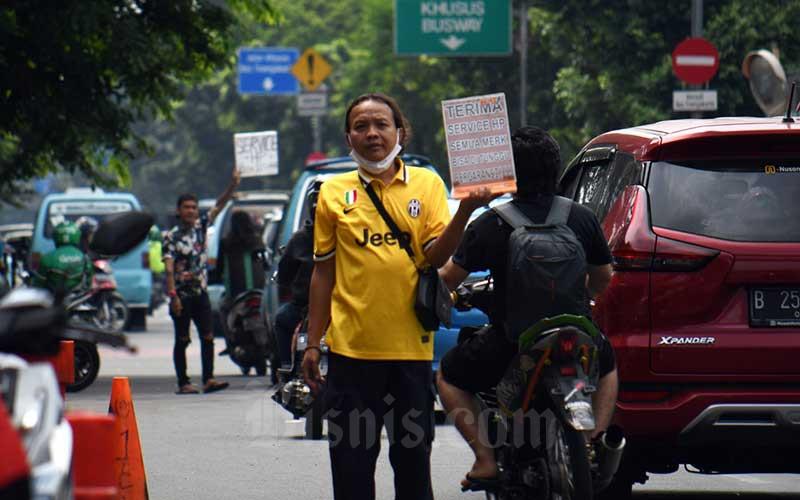 Sejumlah teknisi ponsel menjajakan jasa servis di pinggir jalan raya Cililitan di Jakarta, Senin (1/6/2020). Selama aturan pembatasan sosial berskala besar (PSBB) diberlakukan, pemerintah melarang pusat perbelanjaan buka. Sehingga beberapa pedagang ponsel menjajakan jasanya dipinggir jalan untuk kebutuhan sehari-hari. Bisnis/Abdurachman