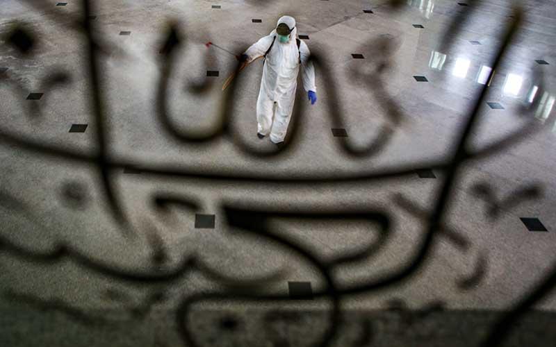 Petugas PMI menyemprotkan cairan disinfektan di Masjid Al-Azhom, Kota Tangerang, Banten, Senin (1/6/2020). Penyemprotan tersebut sebagai persiapan jelang dimulainya aktivitas beribadah kembali di masjid tersebut setelah memasuki masa transisi Pembatasan Sosial Berskala Besar (PSBB) menuju penerapan normal baru dalam upaya pencegahan penyebaran COVID-19. ANTARA FOTO/Fauzan