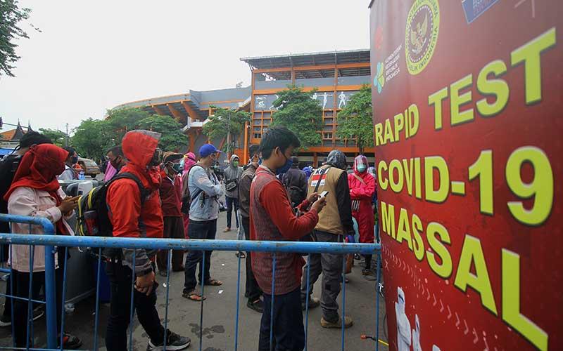 Warga mengantre untuk mengikuti tes diagnostik cepat (rapid test) COVID-19 secara massal di Surabaya, Jawa Timur, Senin (1/6/2020). Tes diagnositk cepat dan swab test yang diselenggarakan oleh Badan Intelijen Negara (BIN) bekerja sama dengan Kementerian Kesehatan dan Pemerintah Kota Surabaya tersebut digelar untuk memetakan kondisi kesehatan masyarakat yang berada di zona merah sekaligus sebagai upaya mencegah penyebaran COVID-19. ANTARA FOTO/Moch Asim