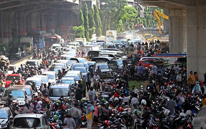 Sejumlah warga memadati area halaman kantor pelayanan Samsat Jakarta Timur, Jakarta, Selasa (2/6/2020). Polri membuka kembali layanan Satuan Pelayanan Administrasi (Satpas), Sistem Administrasi Manunggal Satu Atap (Samsat), serta kepengurusan Buku Pemilik Kendaraan Bermotor (BPKB), seiring dengan rencana pemerintah dalam menerapkan tatanan kenormalan baru (New Normal) secara bertahap. Dengan dibukanya kembali layanan ini maka ketentuan perpanjangan penutupan Satpas, Samsat, dan BPKB hingga 29 Juni yang diatur dalam surat telegram nomor ST/1473/V/YAN.1.1/2020 dinyatakan tidak berlaku. Bisnis/Arief Hermawan P