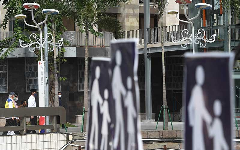 Presiden Joko Widodo (kanan) didampingi Menteri PUPR Basuki Hadimuljono (kiri) dan Imam Besar Masjid Istiqlal Nasaruddin Umar (tengah) meninjau perkembangan renovasi Masjid Istiqlal di Jakarta, Selasa (2/6/2020). Presiden menyatakan renovasi Masjid Istiqlal sudah mencapai 90 persen. ANTARA FOTO/Pool/Akbar Nugroho Gumay