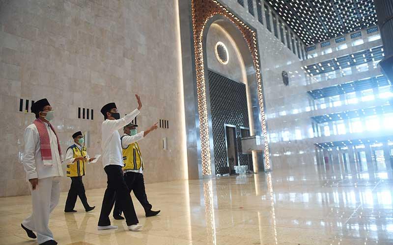 Presiden Joko Widodo (kedua kanan) didampingi Menteri PUPR Basuki Hadimuljono (kanan), Imam Besar Masjid Istiqlal Nasaruddin Umar (kiri) dan Dirjen Cipta Karya Kementerian PUPR Danis Sumadilaga (kedua kiri) meninjau perkembangan renovasi Masjid Istiqlal di Jakarta, Selasa (2/6/2020). Presiden menyatakan renovasi Masjid Istiqlal sudah mencapai 90 persen. ANTARA FOTO/Pool/Akbar Nugroho Gumay